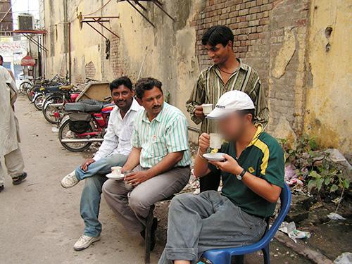 ラホールの路地裏でチャイを飲むHさん