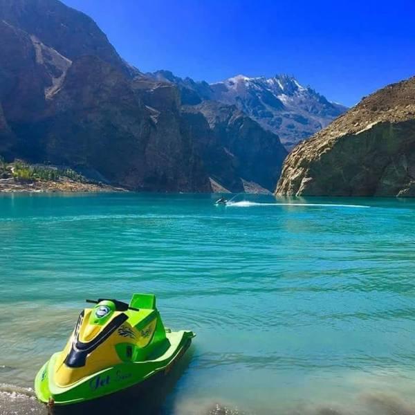 ジェットスキーも楽しめるアタバード湖