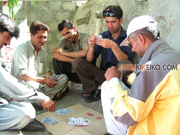 ヒマだとみんなでカードゲームしたりチャイ飲んで喋るしかない