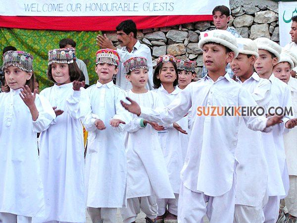日本大使館職員がフンザを訪れた時の歓迎イベントでフンザの帽子をかぶる子供達