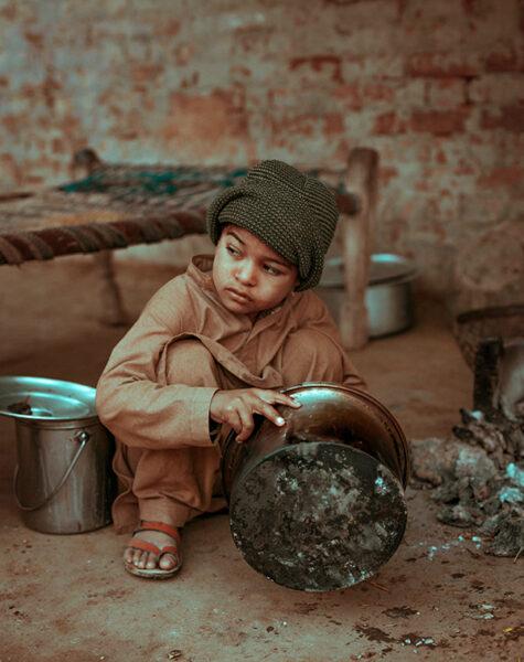 働くパキスタンの子供