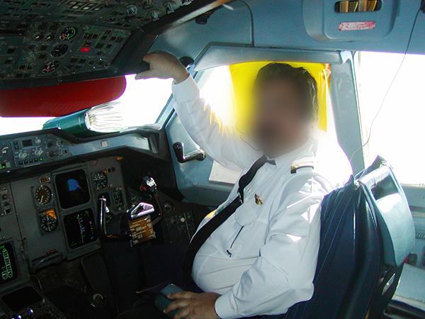 操縦中のPIAのパイロット