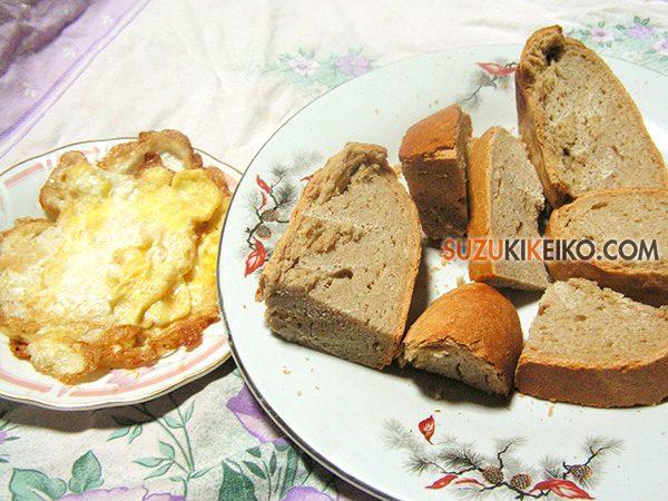 フンザの朝ご飯の定番 ピティ(フンザブレッド)と玉子、チャイ