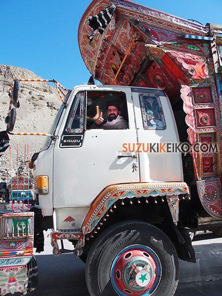 パキスタンのデコトラのドライバー達