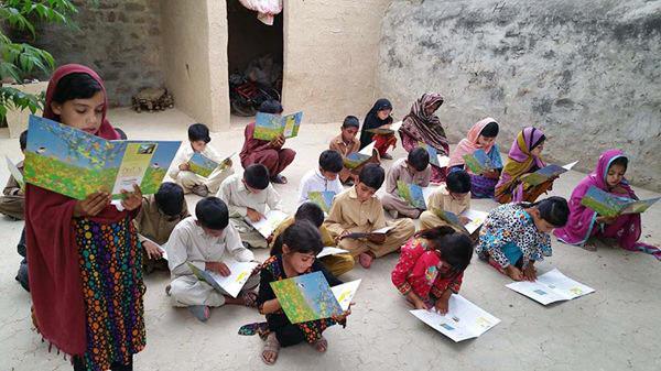 ファウジアさんの絵本を読むパキスタンの村の子供たち
