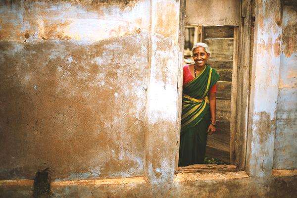 笑顔のインドの女性