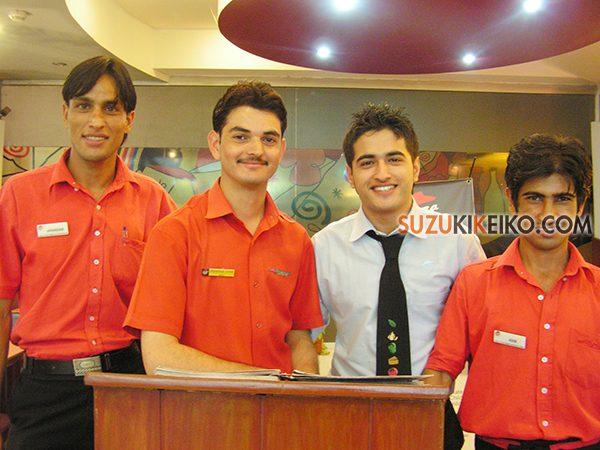 パキスタンのピザハットのスタッフ