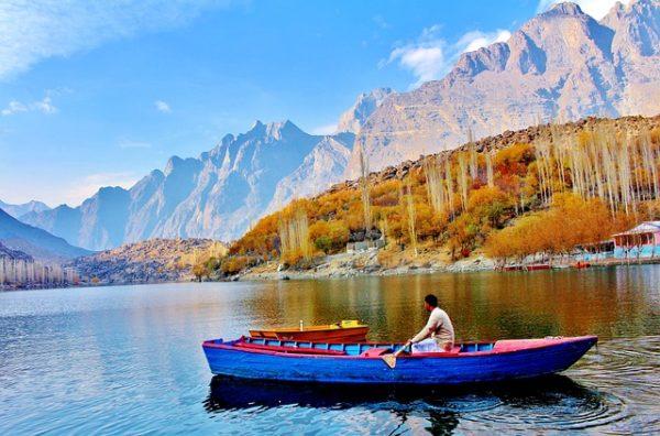 パキスタンの湖に浮かぶボート