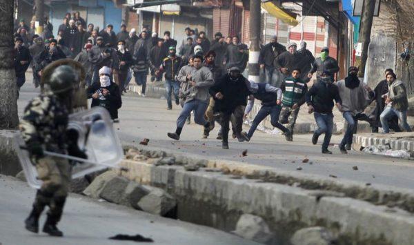 カシミールで 市民とインド軍の衝突