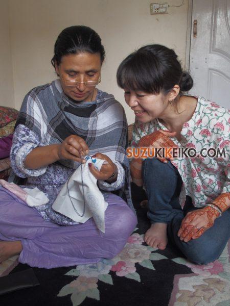 フンザの刺繍を習う