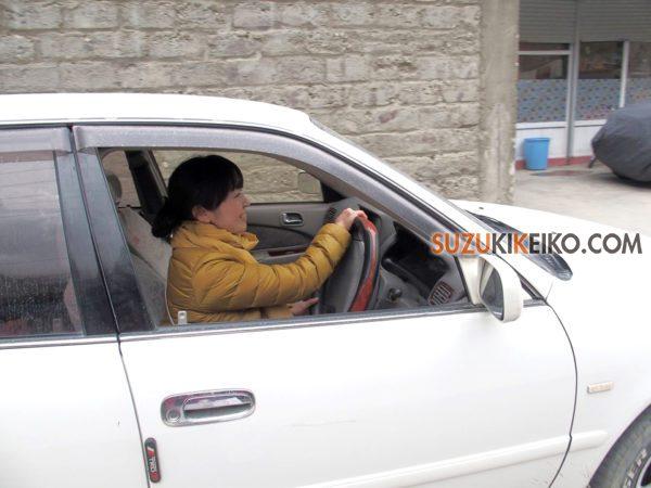 カリマバードで車を運転するフクコさん