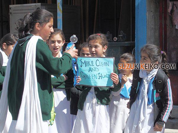 ビニール袋利用停止を訴える子供の行進