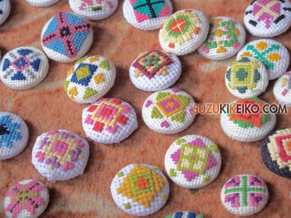 フンザ刺繍のくるみボタン