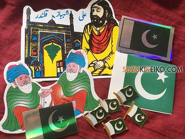 各種ステッカーとパキスタン国旗バッジ