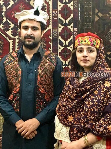 フンザの装いで記念写真を撮るパキスタン人旅行者