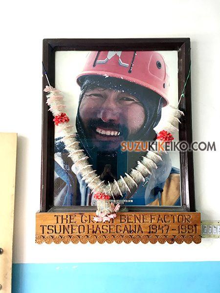 長谷川スクールい飾られた登山家の長谷川恒男さんの写真