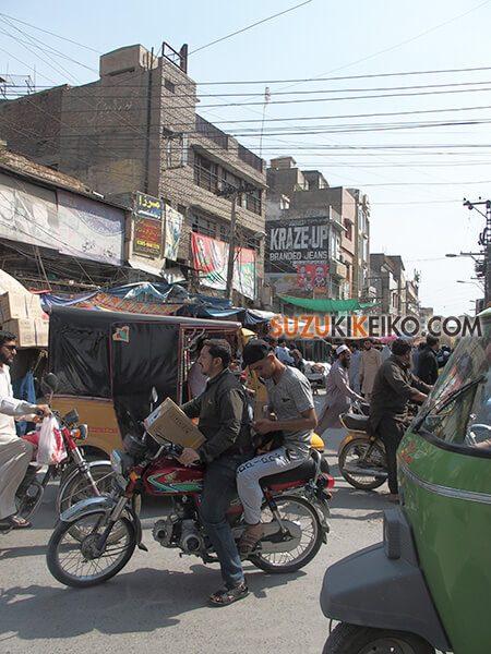 パキスタンの街中は男性が多い