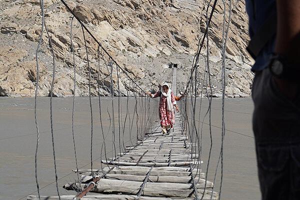 パスーの吊り橋を渡る女性