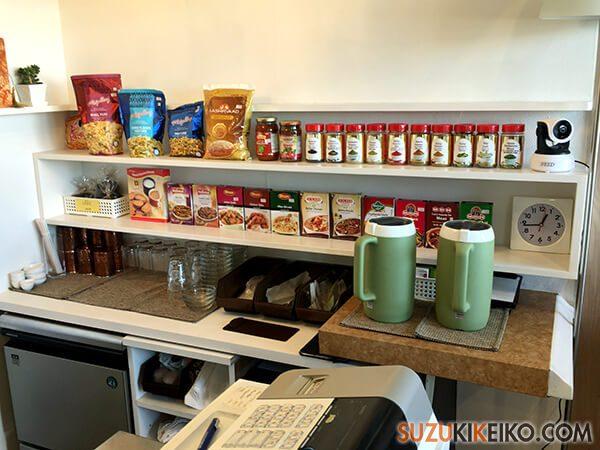 レジ横でお菓子やチャイ、スパイスも購入できる