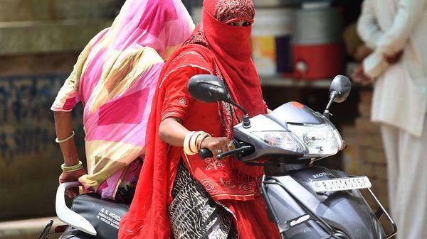 バイクにまたがるインドの女性