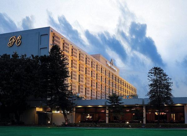 高級ホテルやレストランでお酒を飲む