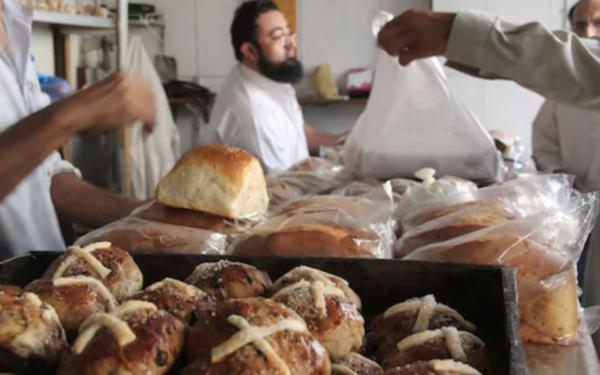 パキスタンのベーカリーでクッキーの量り売り