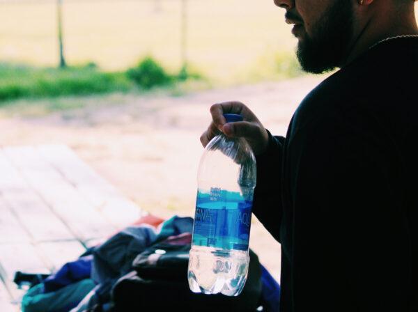 外国人旅行者と水
